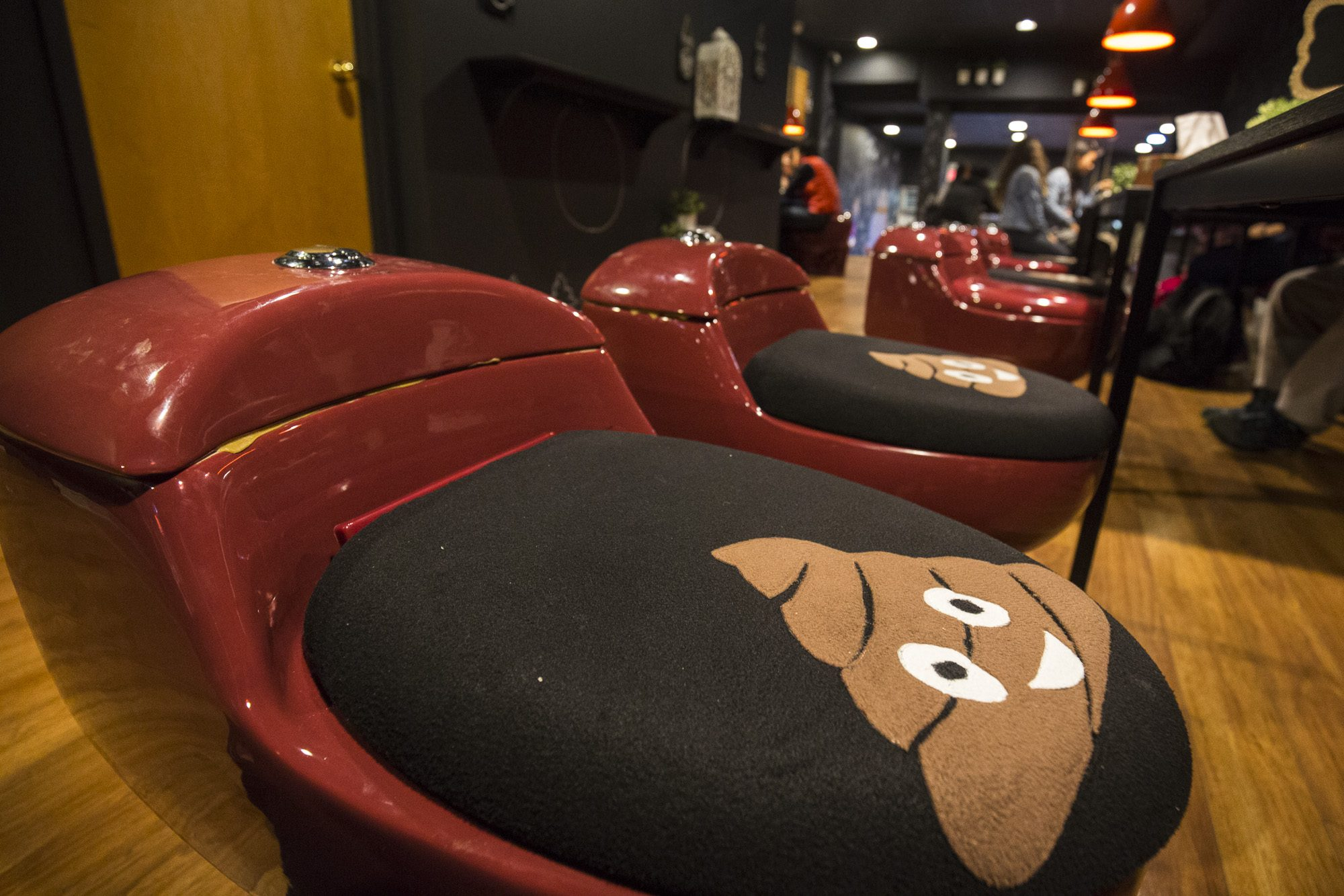 toronto-streeters-first-poop-cafe-annex-toilet-seats