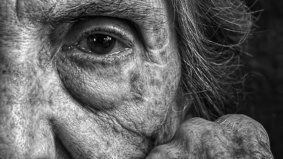 This photographer takes moving portraits of his 95-year-old mother to help fight her dementia